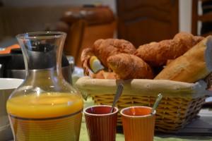 Petit déjeuner et croissants