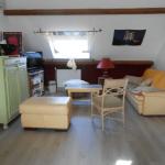Salle de repos avec canapé, TV, jeux